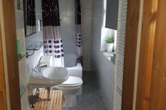 Bad-mit-Dusche-WC-Fewow-1
