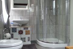 Bad-mit-Dusche-und-WC-Fewo-3